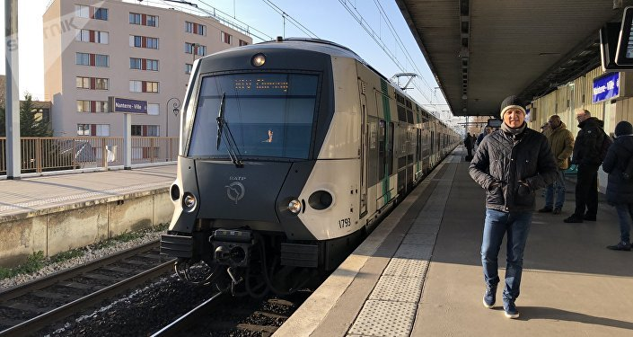 Une rame de RER arrive à la station Nanterre-Ville