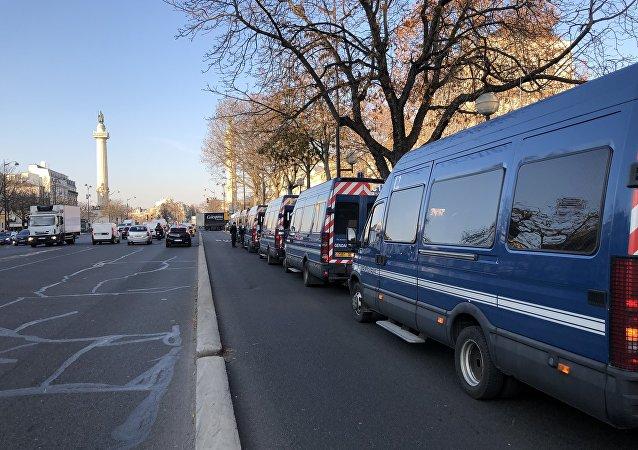 Les cars de la gendarmerie dans les rues de Paris