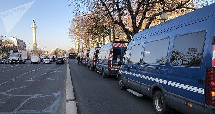 Suspendre le RSA aux casseurs : la proposition d'Arnaud Viala fait polémique