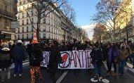Le 14 décembre, des syndicats français, à côté des jeunes, manifestent à Paris contre la politique gouvernementale