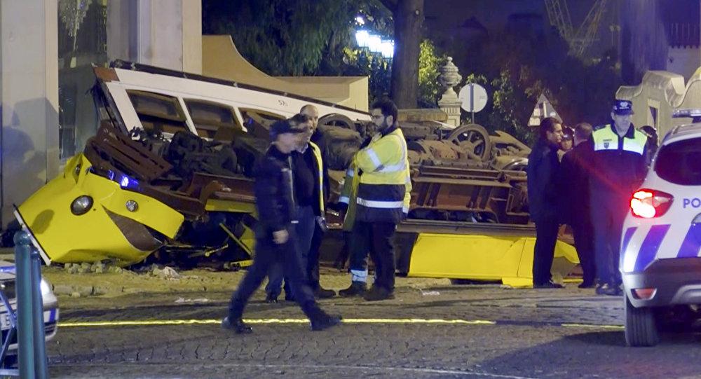 VIDEOS. Portugal : un tramway déraille et se retourne à Lisbonne, 28 blessés
