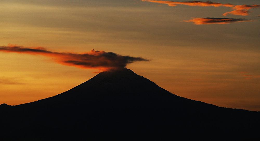 Una columna de ceniza y vapor se eleva desde el volcán Popocatépetl