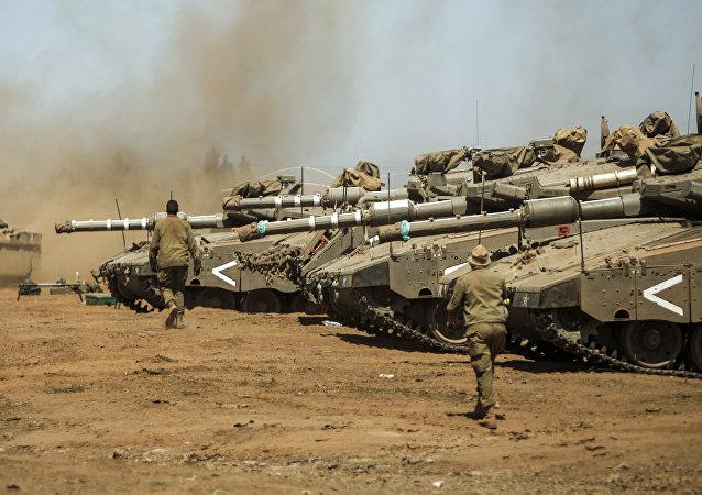 Des chars Merkava et des véhicules blindés Namer israéliens