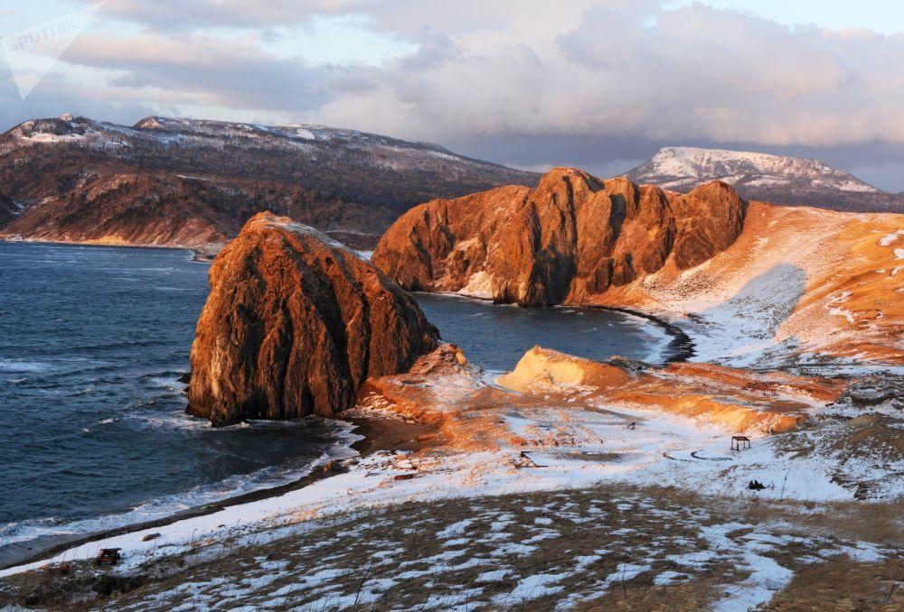 Paysages désertiques extraordinaires de l'île de Kounachir