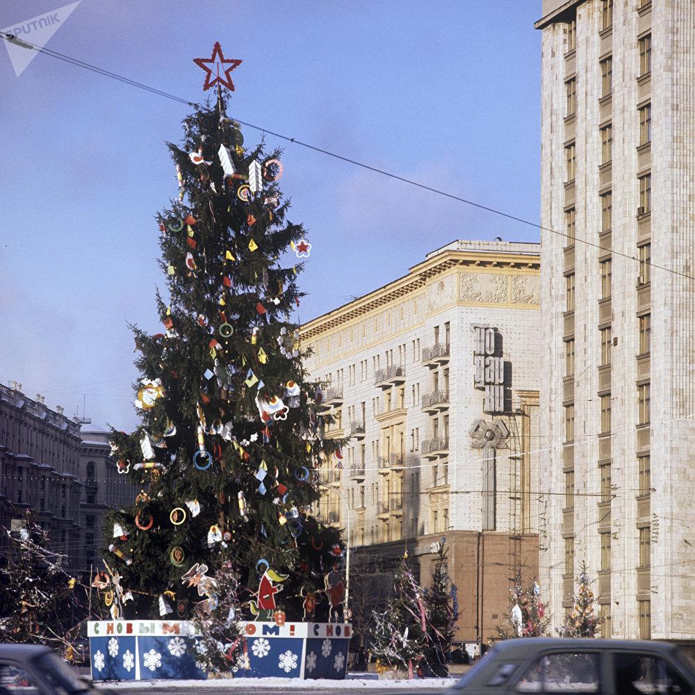 Sapin de Noël sur la place du Cinquantenaire de la Révolution d'Octobre (actuellement Place du Manège)