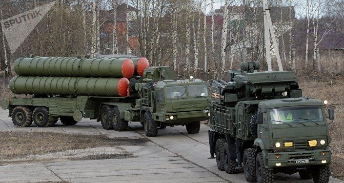 Une batterie de S-400 (en arrière-plan) et un système Pantsir-S1 (image d'illustration)