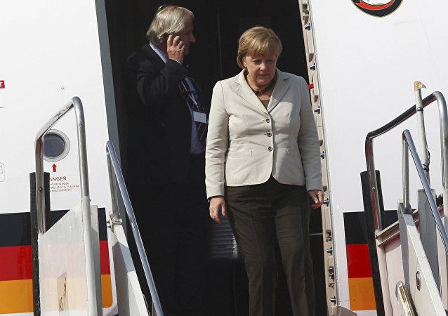 Merkel steigt aus einem Flieger aus
