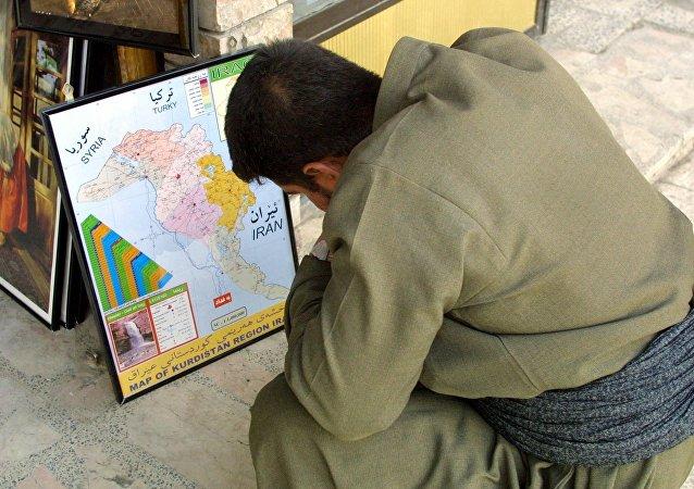 Un Kurde irakien devant une carte (Image d'illustration)