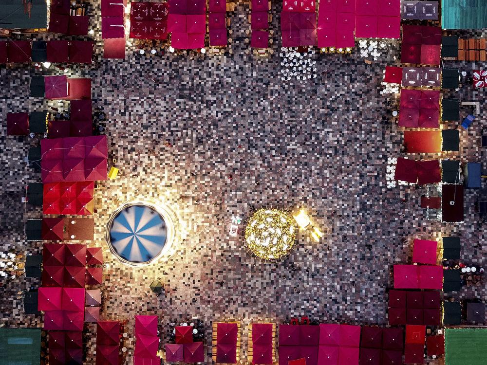 Foire de Noël sur la grande place de Tirana, en Albanie