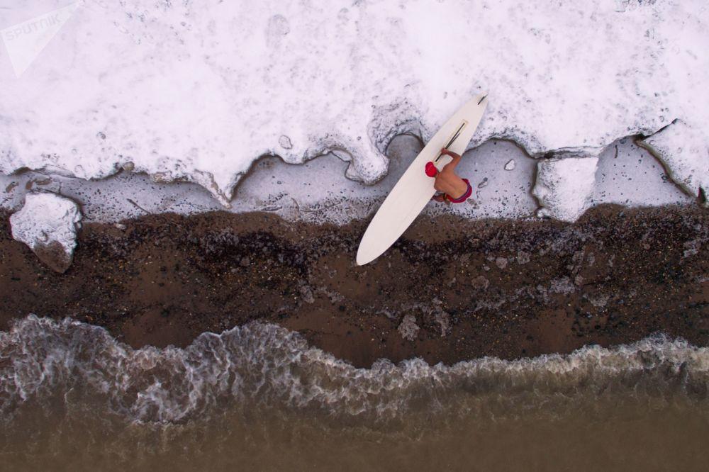 Des windsurfs au bord de la retenue d'eau de la centrale hydraulique de Novossibirsk
