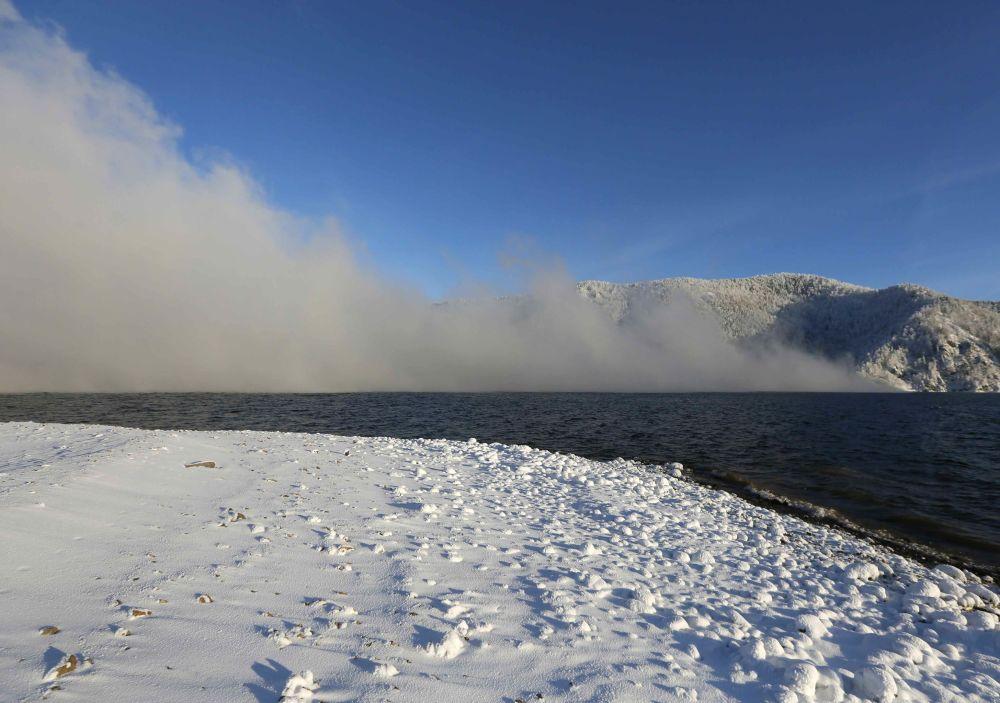 Une vue sur le fleuve Ienisseï recouvert de givre, avec une température de l'air d'environ -26°C, près de la ville sibérienne de Krasnoïarsk, en Russie