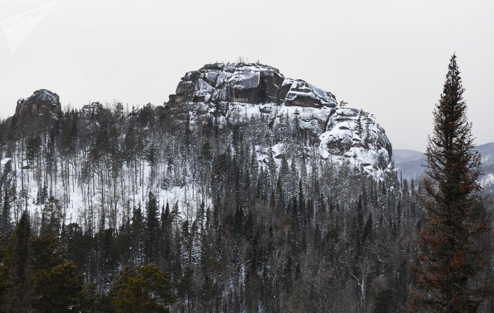 Le rocher «Deuxième pilier» sur le territoire de la réserve naturelle «Stolby» près de Krasnoïarsk. La superficie de celle-ci est de 47.219 ha.