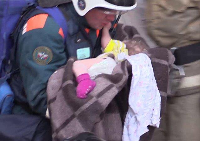 un bébé retrouvé vivant un jour après l'explosion de gaz à Magnitogorsk