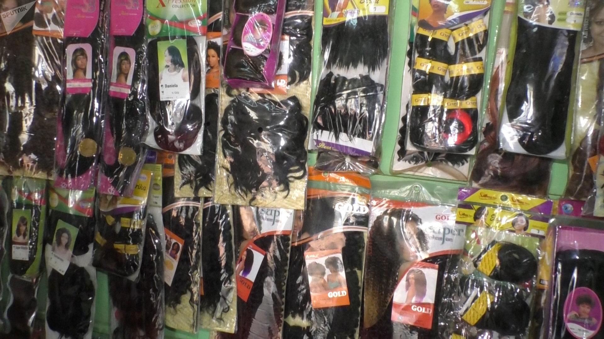 Une vue interne de la boutique de vente de cheveux naturels de Niska au marché central de Yaoundé.