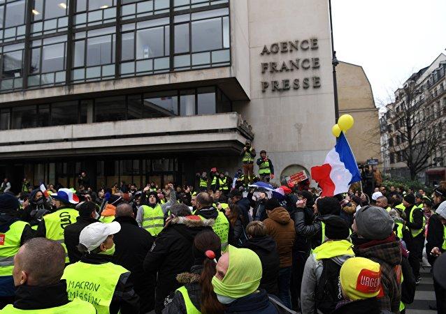 Gilets jaunes devant le siège de l'AFP à Paris