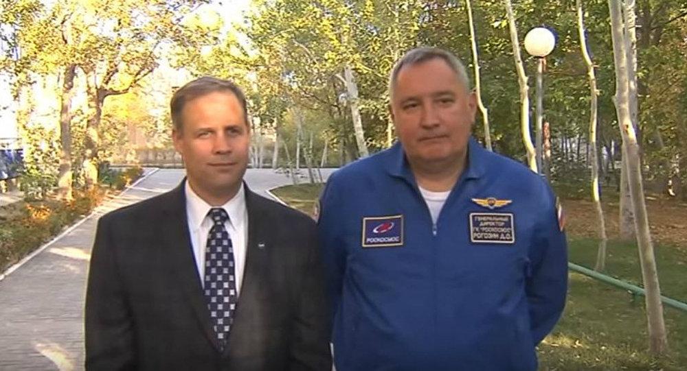 L'administrateur de la NASA Jim Bridenstine et le directeur général de Roscosmos Dmitri Rogozineà Baïkonour
