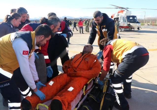 Les médecins soignent un marin du cargo Volgo-Balt-214 à Samsun, en Turquie