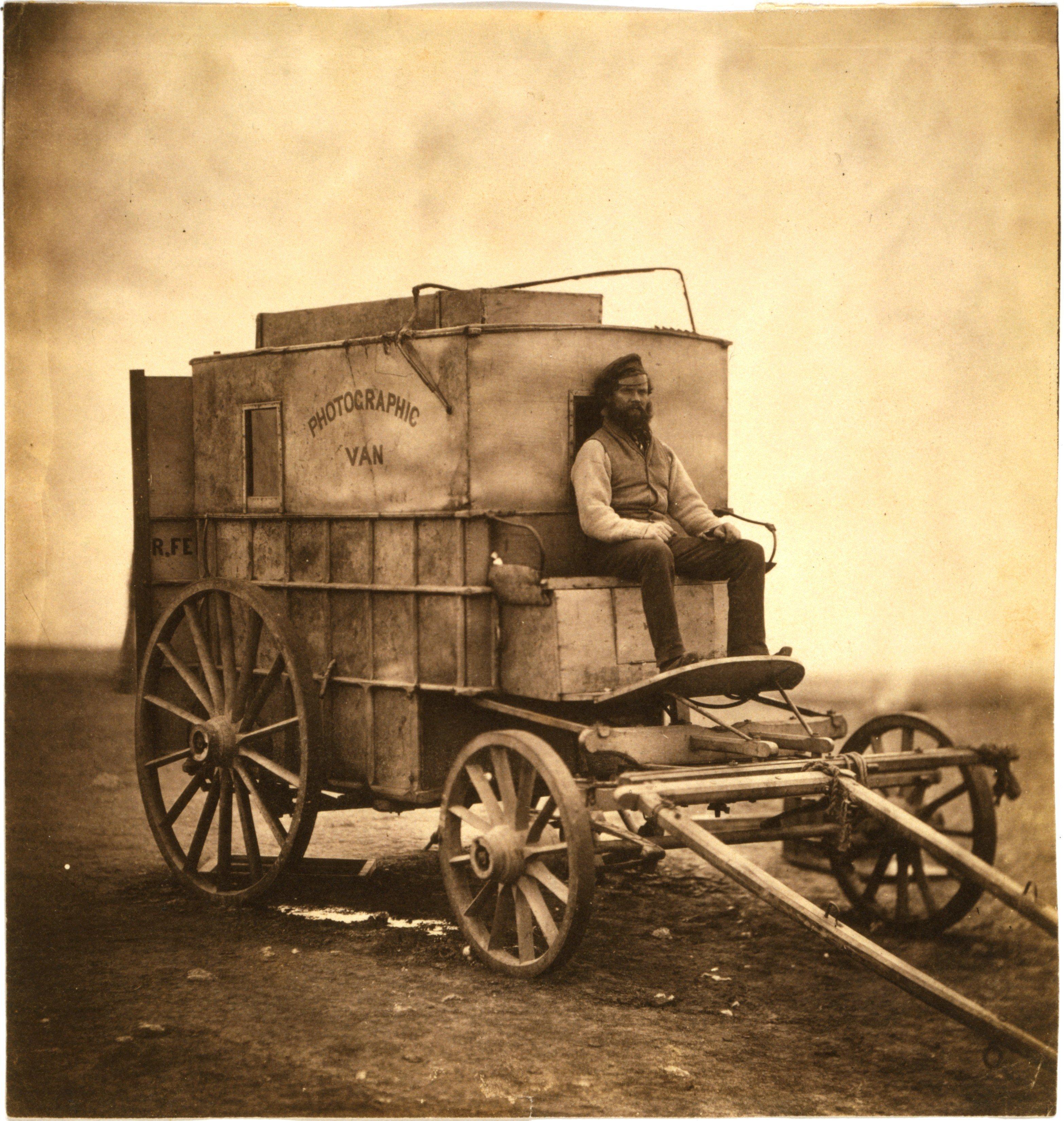 Marcus Sparling assis sur la roulotte photographique de Roger Fenton, Crimée, 1855
