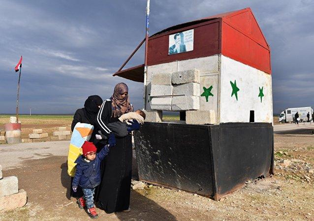 Deux femmes quittant la zone d'Idlib par le couloir d'Abou Douhour