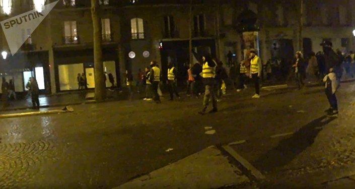 Lacrymogènes, des Gilets jaunes courant: la situation dégénère boulevard Haussmann à Paris, le 12 janvier