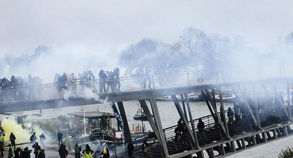 Nuages de gaz lacrymogènes à Paris