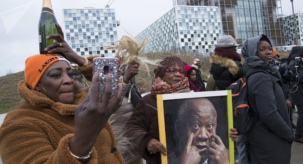 Les Ivoiriens se félicitent de l'acquittement de l'ancien président ivoirien Laurent Gbagbo inculpé depuis 2011 pour «crimes contre l'humanité».  La Cour pénale internationale (CPI), La Haye, le 15 janvier 2019