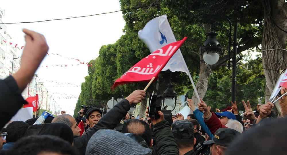 Tunisie: à la fête de la Révolution, Gauche et Islamistes croisent les drapeaux et le fer