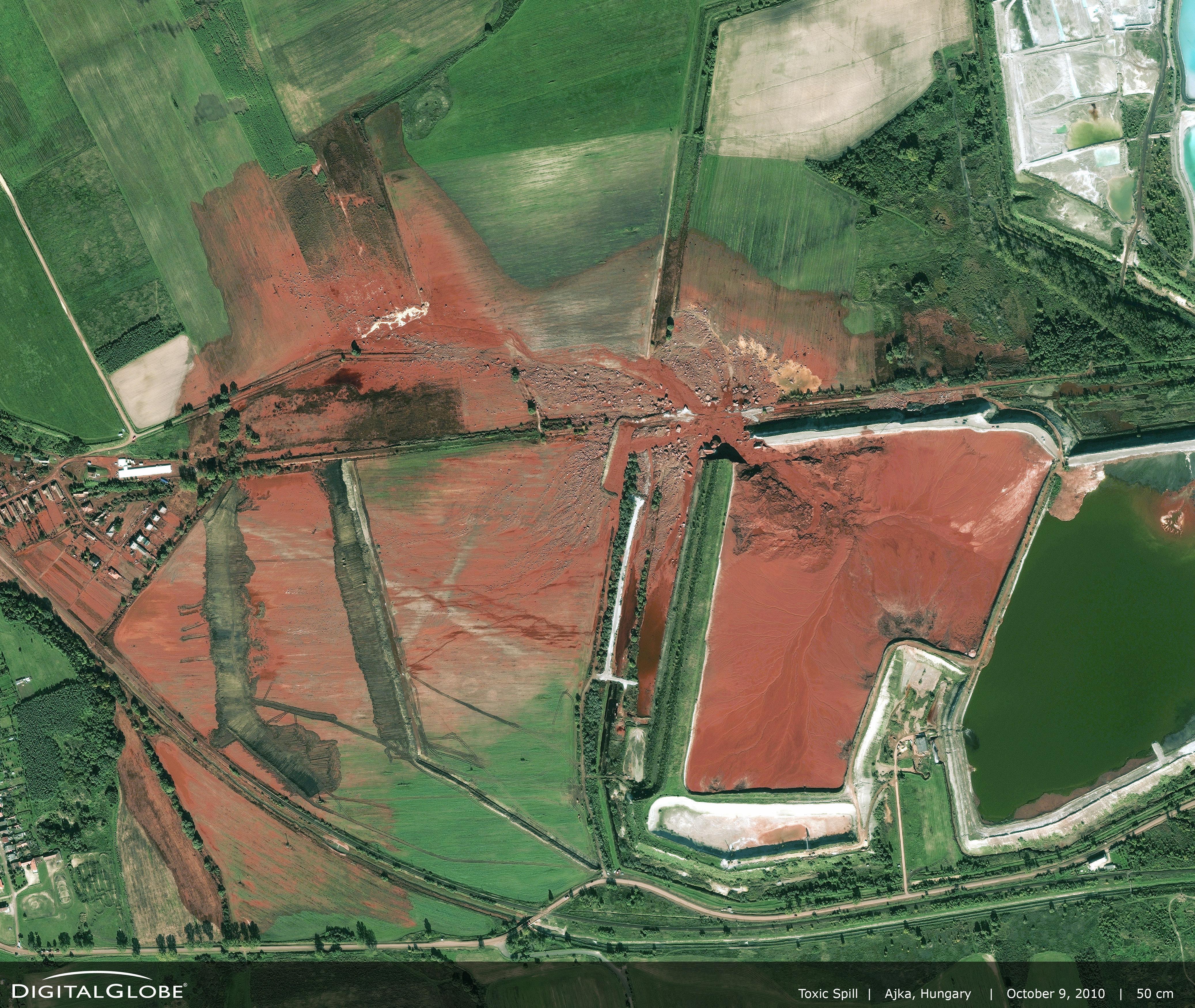 Coulée de boue rouge à Kolontar en 2010