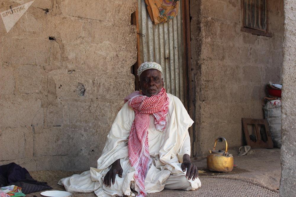 Boukar Ali, 75 ans, assis à son domicile, déplacé de retour à Limani, Cameroun