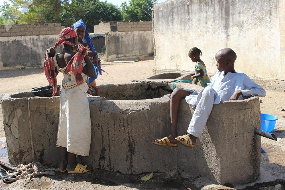 Des enfants à un point d'eau, Limani, Cameroun