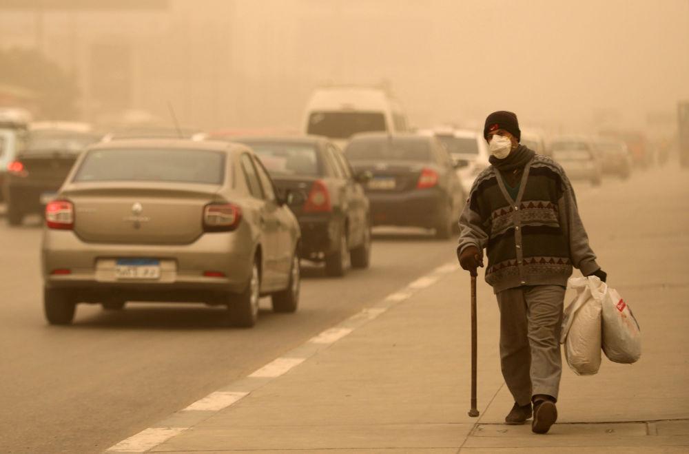 Le khamsin bat son plein: une tempête de sable en Égypte