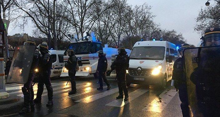 La police utilise des canons à eau contre les Gilets jaunes près des Invalides