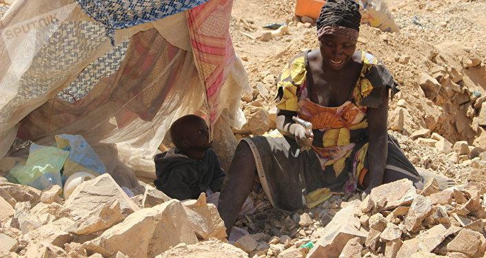 Une casseuse de pierre à Maroua, Cameroun