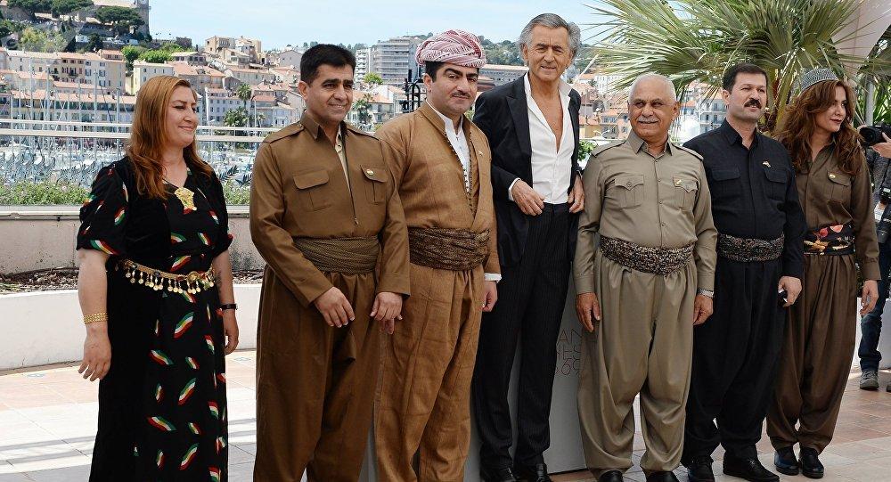 Une photo de BHL entouré de Kurdesdevient virale et suscite une polémique