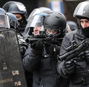 Des policiers avec des LBD lors d'une manifestation des Gilets jaunes (Image d'illustration)