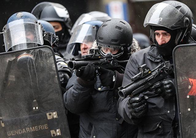 Des policiers avec des LBD lors d'une manifestation des Gilets jaunes à Paris (image d'illustration)