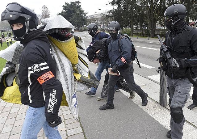 Des Gilets jaunes et des policiers à Nantes (image d'illustration)