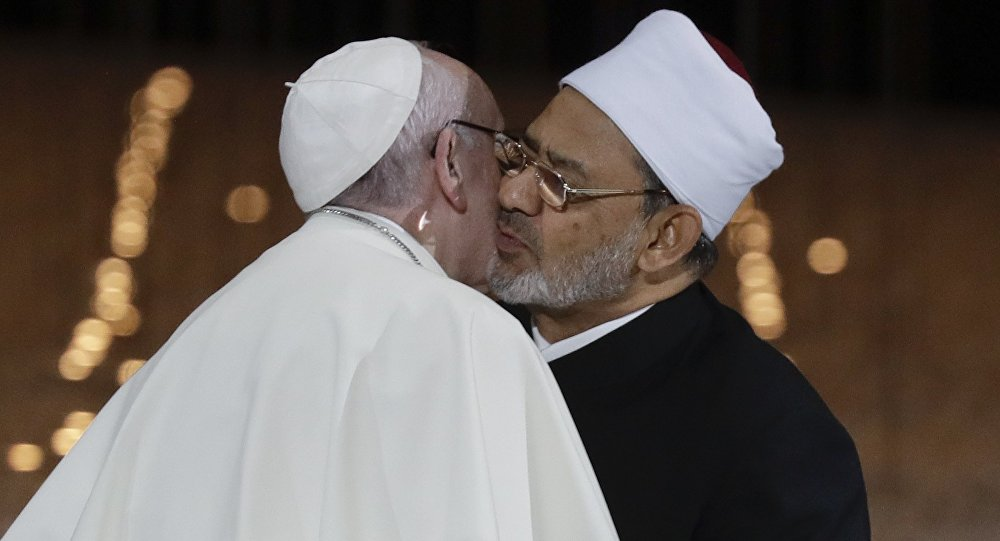 Pape Françoiss embrasse le Cheikh Ahmed el-Tayeb, le Grand Imam d'Al-Azhar d'Egypte