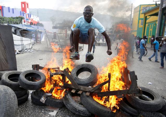 Un manifestant à Haïti