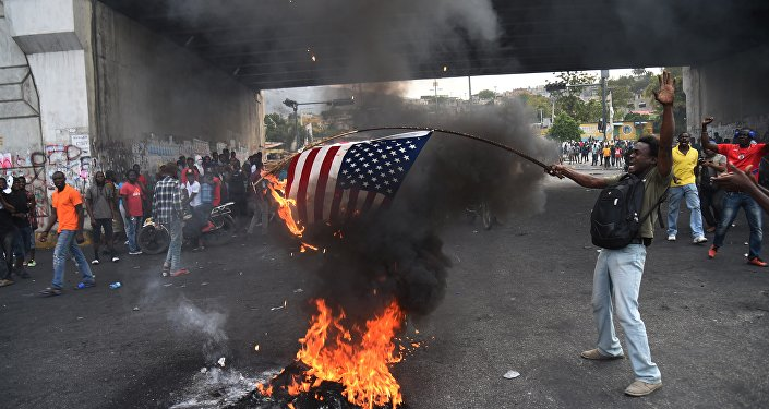 Des manifestants haïtiens brûlent un drapeau américain et appellent à l'aide la Russie