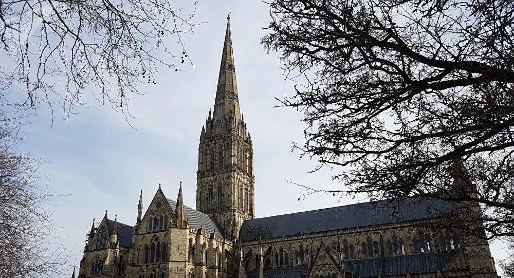 «Alors les Russes sont de retour»? Un drapeau russe déployé sur la cathédrale de Salisbury