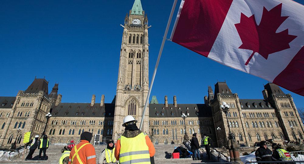 «Trudeau doit partir»: des Gilets jaunes manifestent devant le parlement canadien (images)