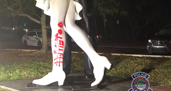 Le monument Unconditional Surrender en Floride vandalisée par un tag #MeToo