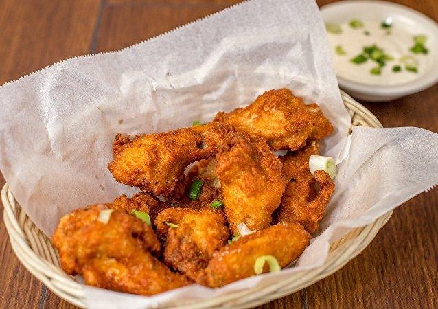 Un panier d'ailes de poulet KFC