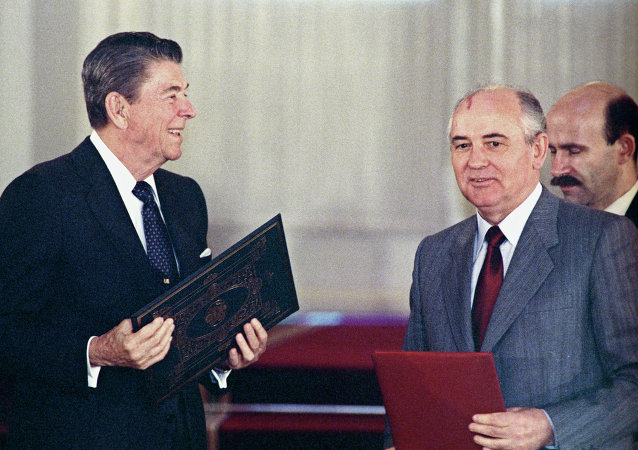 Ronald Reagan et Mikhaïl Gorbatchev signent le Traité FNI à Washington (8 décembre 1987)