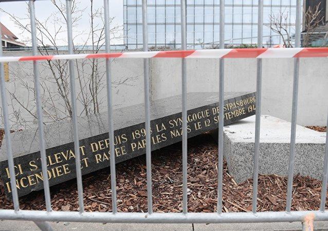 Strasbourg: la stèle de l'ancienne synagogue renversée