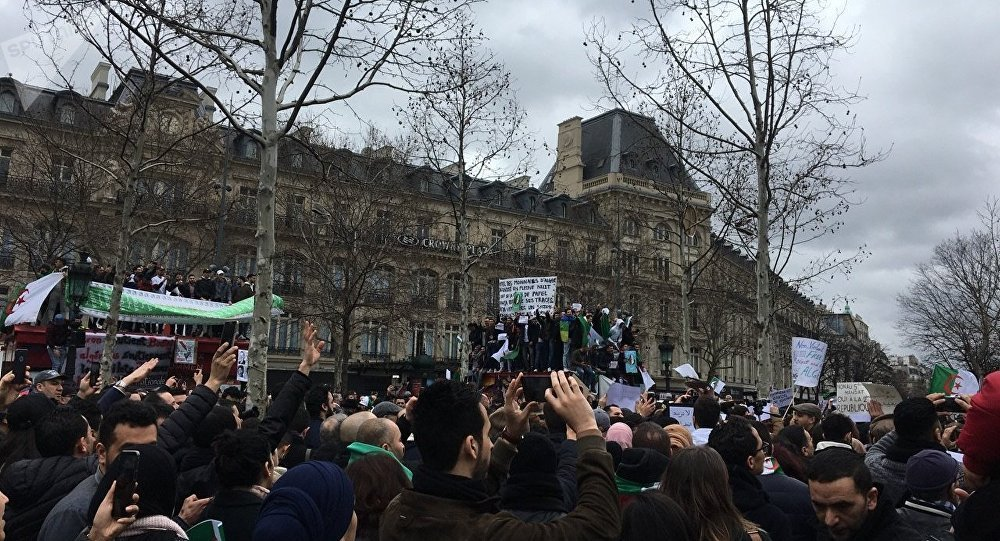 EN DIRECT - Bouteflika dépose sa candidature, Alger redescend dans la rue