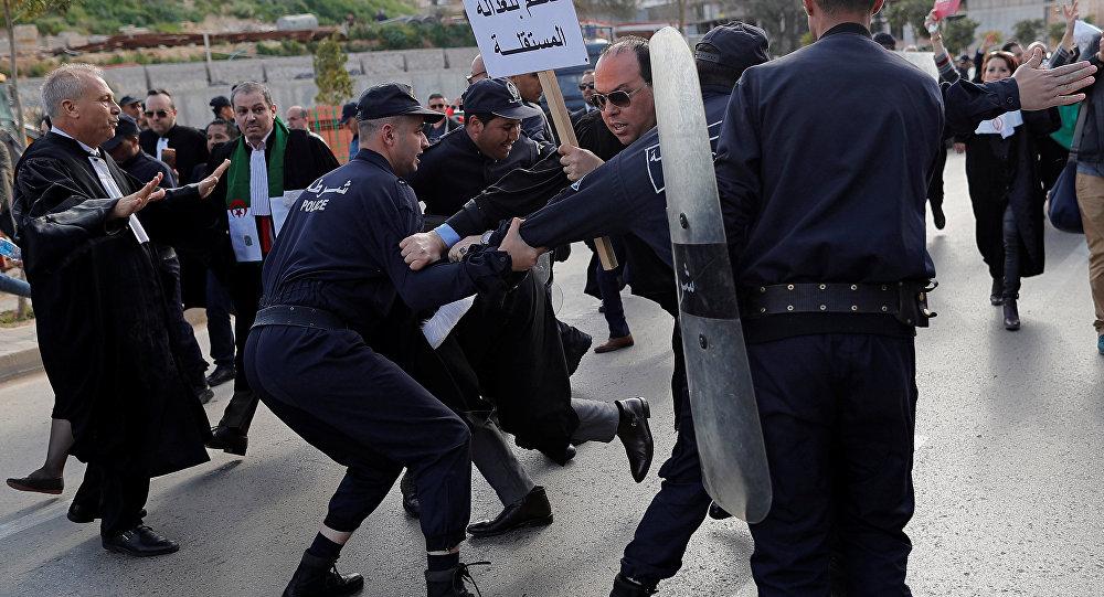 Des avocats algériens franchissent par la force des cordons de police pour atteindre le bâtiment du Conseil constitutionnel