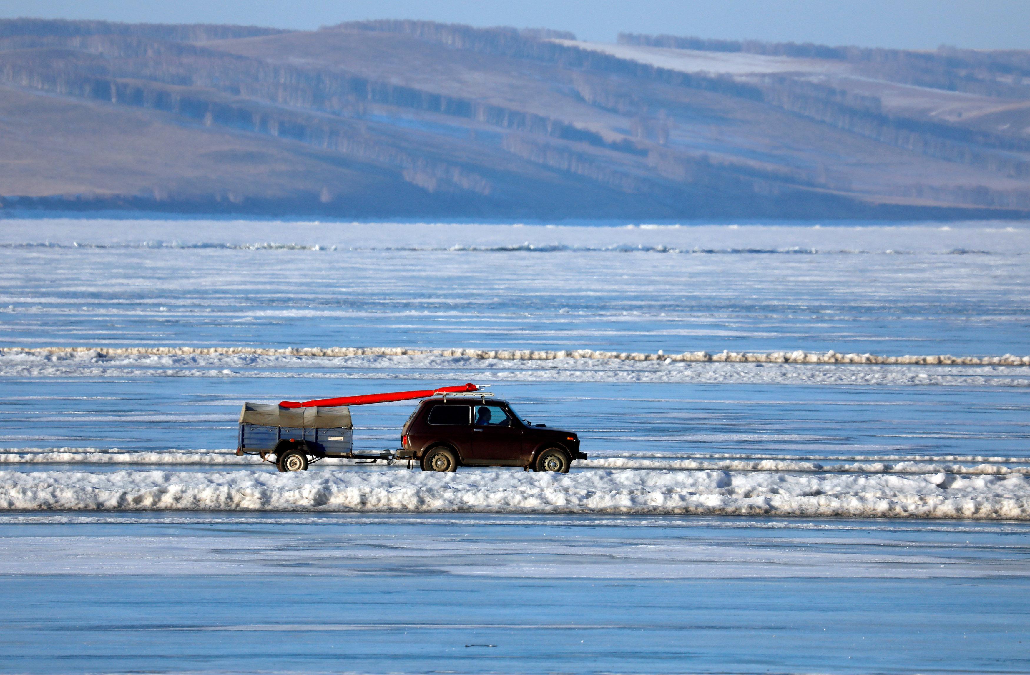 Les conducteurs russes qui traversent des fleuves sibériens glacés en voiture