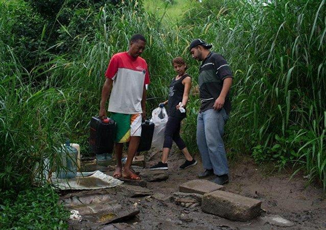 Habitantes del oeste de Caracas en las faldas de la montaña Waraira Repano